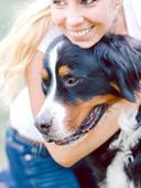 Mujer que abraza el perro