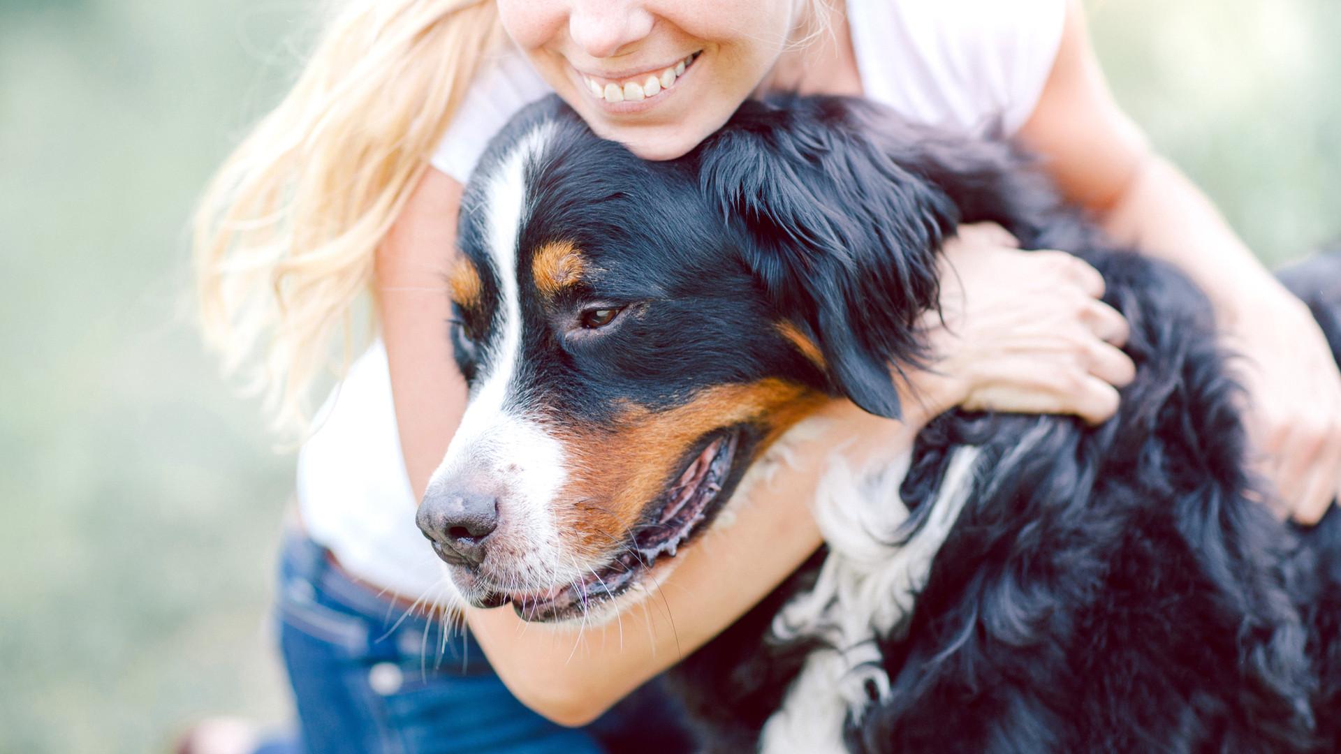 Femme étreignant chien