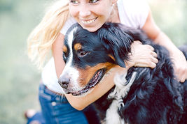 Donna che abbraccia il cane