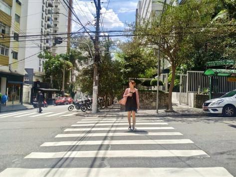 Me tornei quem eu mais temia/queria: a paulistana que caminha pela rua com café na mão