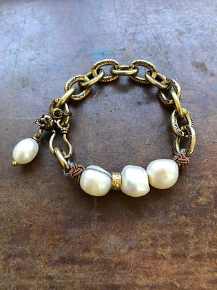 Large Pearl bracelet with skull