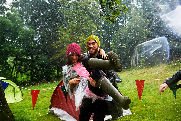 Young_couple_in_the_rain