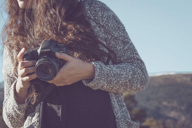 Frau Holding-a-Kamera