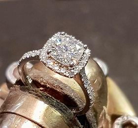 Halo diamond engagemen ring