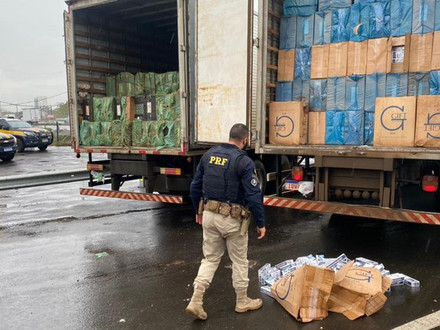 More than 3 million reais in losses: PRF seizes two trucks loaded with cigarettes