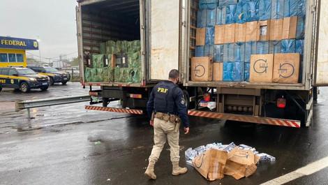 Mais de 3 milhões de reais de prejuízo: PRF apreende dois caminhões carregados de cigarros