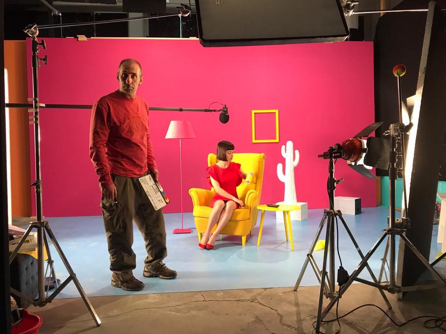 Set / scenografia / attrice / ciak / luci / colori