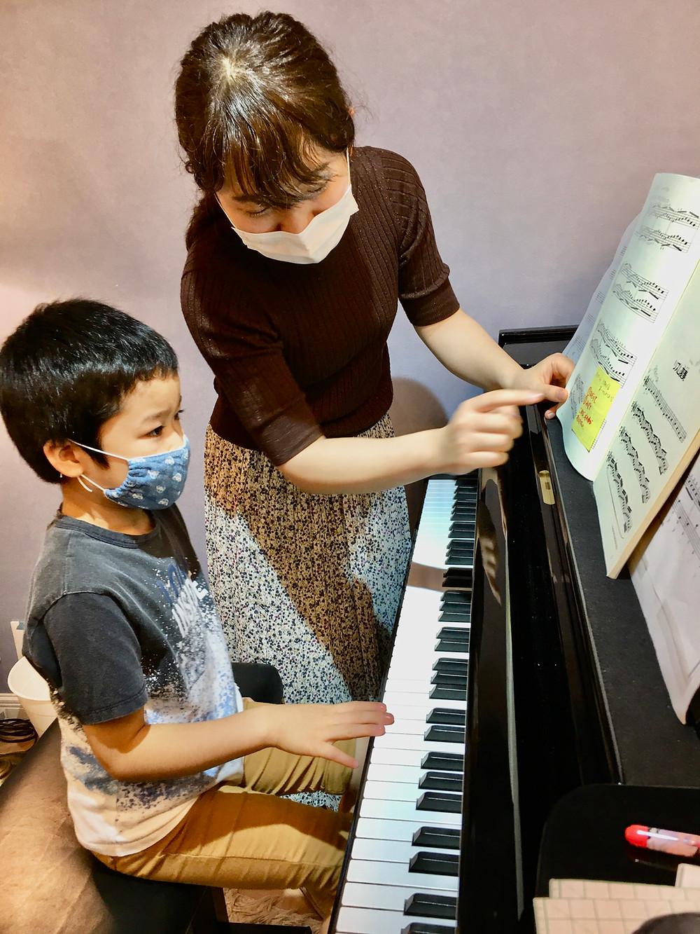 ハノンを学ぶ小学生の生徒さん。