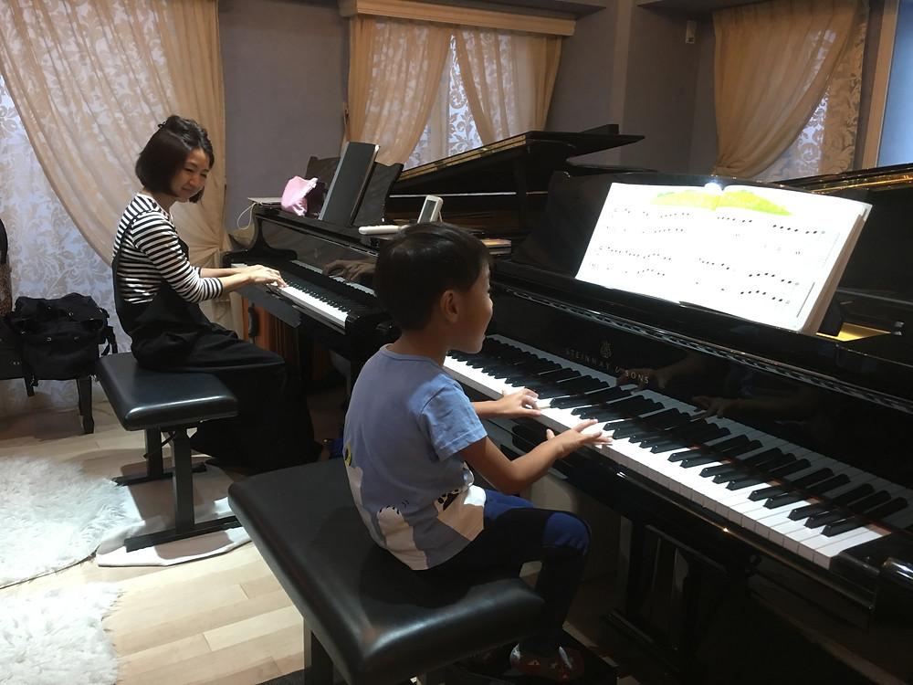 小さなお子様も二台ピアノでレッスンします。