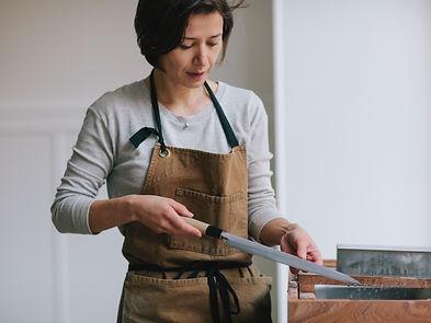 Marina Menini affûtant un couteau japonais