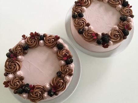 Brownielagkage med brombærmousse