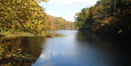 Echo_Lake_Park_in_Mountainside_NJ_autumnal_scene.jpg