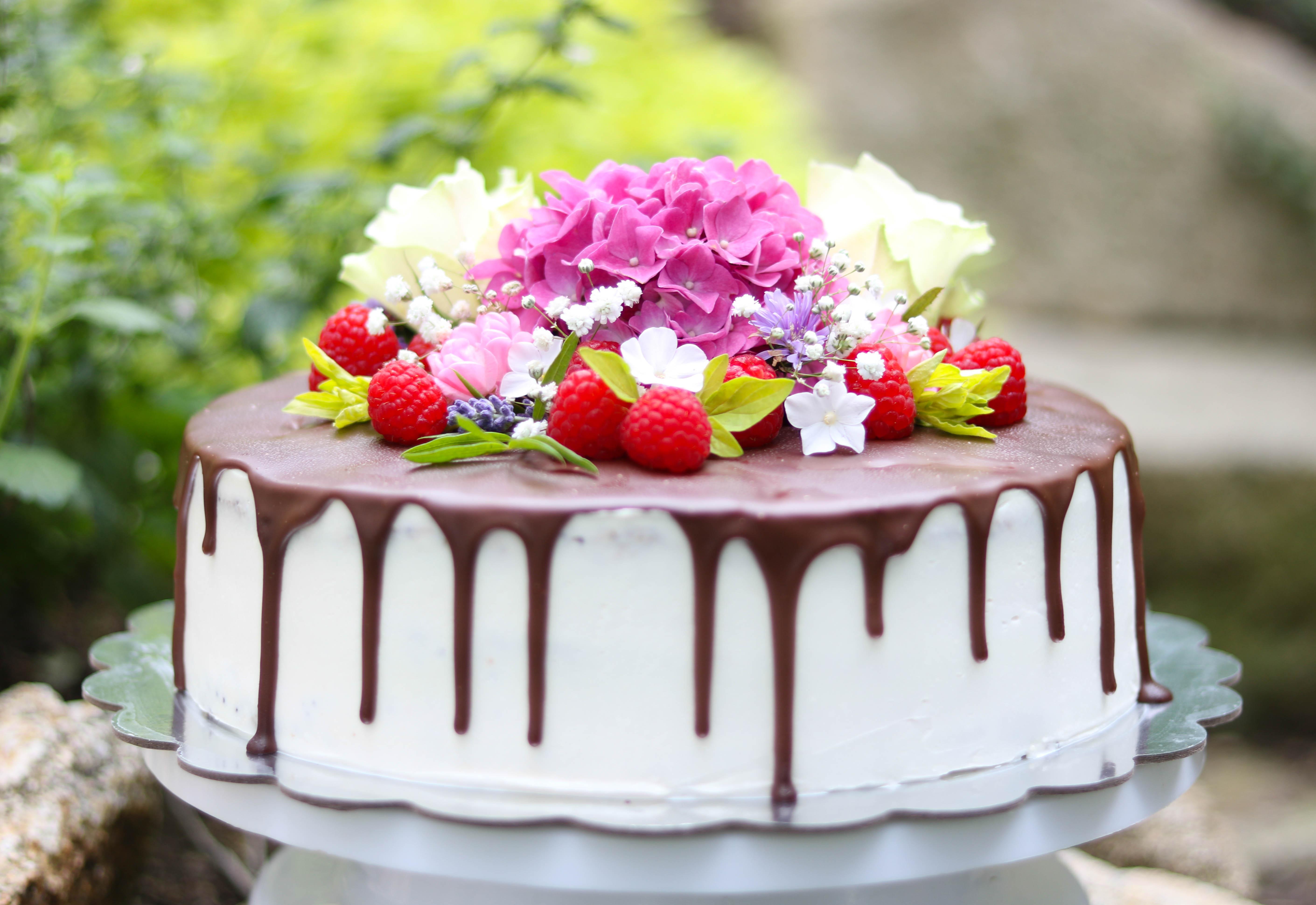 Torte mit echten Blumen