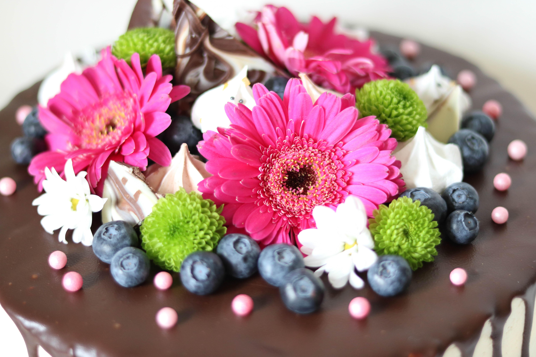 Echte Blumen auf Torten