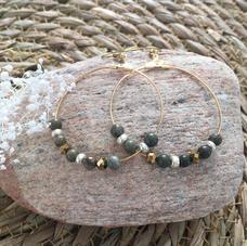 LO14. Créoles dorées et perles jaspe verte