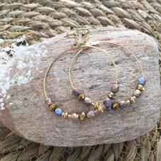 LO15. Créoles dorées et perles taupes irisées