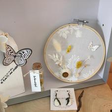 Box13. Tambour tulle et fleurs séchées, guirlande fleurs, maisonnette en bois, BO et pipette