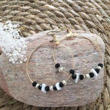 LO12. Créoles dorées et perles noires et blanches