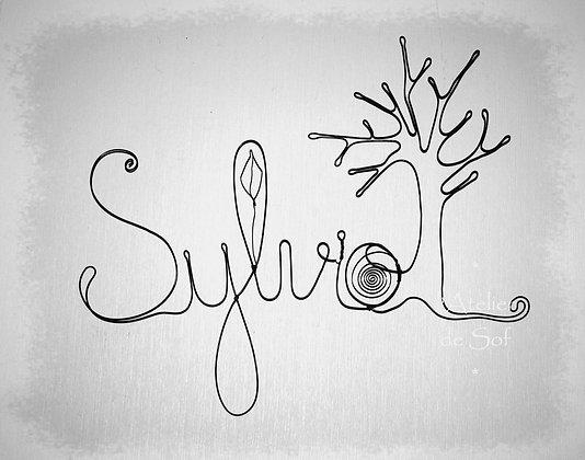 Modèle prénom avec un arbre et décoration en fil de fer