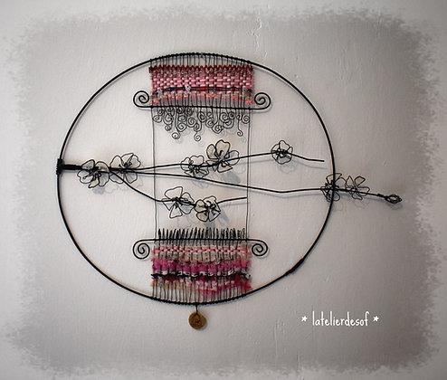 Cercle de fleurs roses de cerisier et tissage