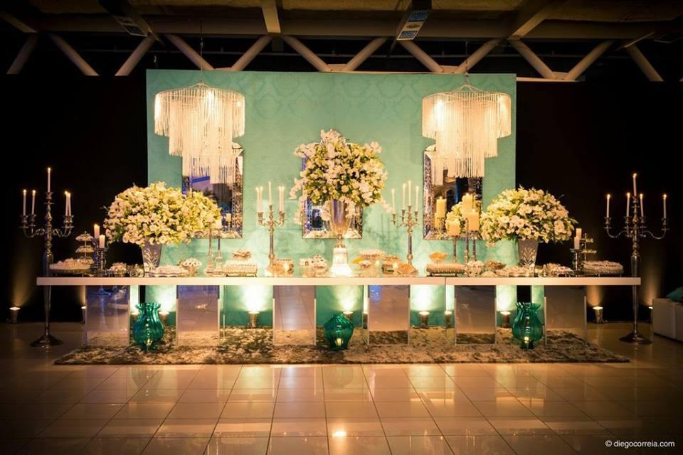 Mesa-de-doce-com-lustres-G-iluminação-e-Vidros-de-chão