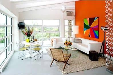 Na cromoterapia, o laranja é a cor que estimula a comunicação, trás lembranças da infância, da casa da vó... do bate papo na cozinha, cheio de delícias como bolo de laranja, de cenoura, quindim...  roupas da cor laranja são para pessoas divertidas e comunicativas! Você pode utilizar na decoração para estimular o bate papo, então, é bom para usar na sala e expandir o diálogo da família, mas... como o laranja abre o apetite, evite o excesso dele na cozinha e na sala de jantar... Claudia Secassi