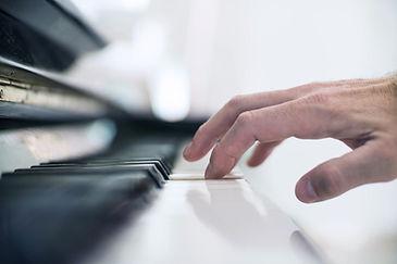 ピアノを弾きます