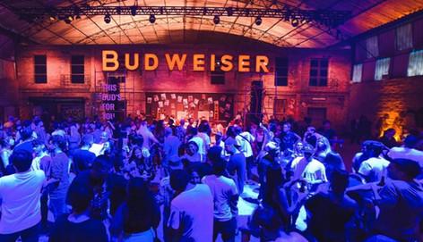 Budweiser leva luz a comunidade carente em ação durante a Copa