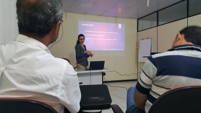 Dra Maria Cecilia Galrão dando aula sobre Meningites Crônicas na SOMESE