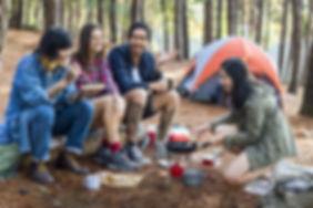 Amis campant dans les bois