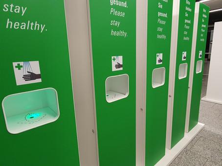 Berührungslose Händedesinfektion am Flughafen mit unserer Hygienestation HyTower1.0