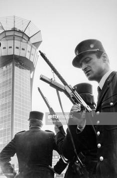 Intervention du GIGN et du commissaire Ottavioli après l'attentat d'Orly contre El-Al le 20 mai 1978 à Orly, France. (Photo by Laurent MAOUS/Gamma-Rapho via Getty Images)