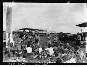 Orly : concours international d'aviation : jeunes allemands venant assister à l'arrivée de leurs compatriotes : [photographie de presse] / Agence Mondial 1932
