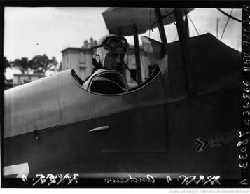 Orly : Tour d'Europe aérien : Andrews (portrait à 2 m) : [photographie de presse] / Agence Meurisse 1930