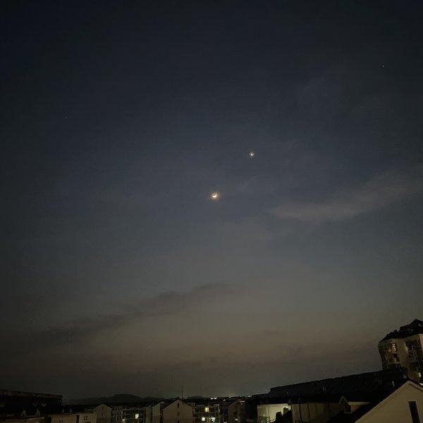 吹泡泡的月亮