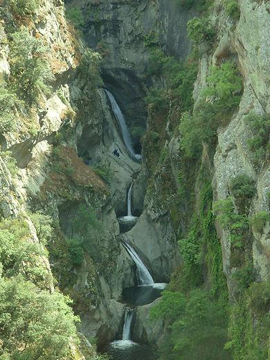 Canyoning sportif sensations le Llech dans les Pyrénées orientales proche de l'Aude, Quillan, Axat, Perpignan et Toulouse.