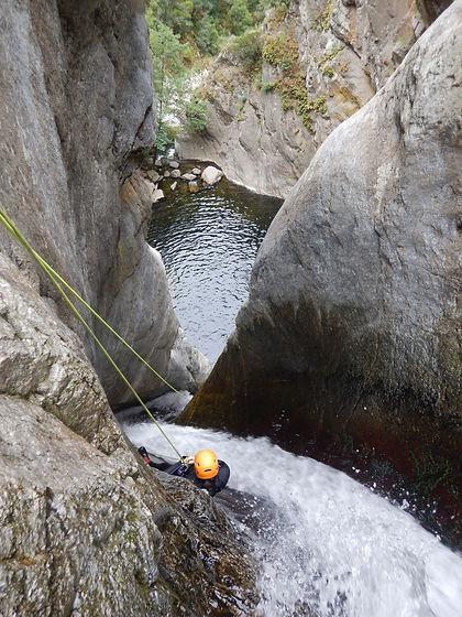 Canyoning Pyrénées Orientales à Céret Gourg des Anelles. En famille avec enfants ou en groupe à partir de 12 ans.