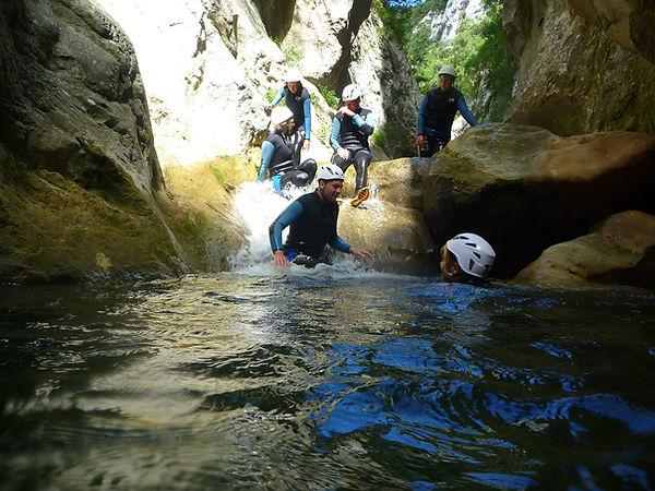 Canyoning découverte pour les enfants à partir de 6 ans. Canyon des Gorges de Galamus dans les Pyrénées orientales proche de Quillan, Axat, Perpignan et Toulouse.
