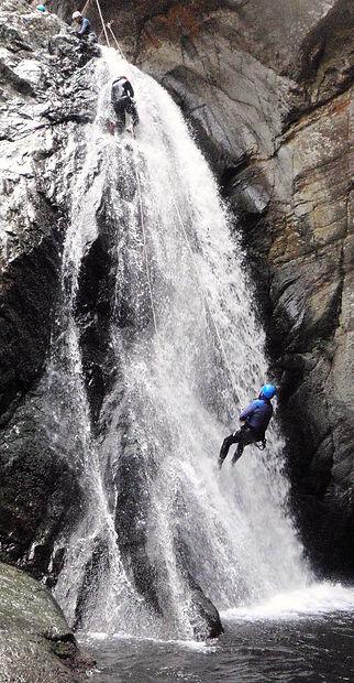 Canyoning sportif sensations le Llech dans les Pyrénées orientales, proche de l'Aude, Quillan, Axat, Perpignan et Toulouse.