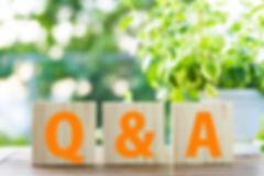 木のブロックに書かれたQ&A
