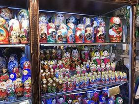 棚に飾られた大量のマトリョシカ