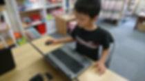 パソコンを操作する子供(小学生)の写真 | 名古屋のプログラミングスクールならクリエイターが育つ家【CREATOR HOUSE】