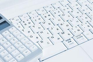 電卓と白いキーボード