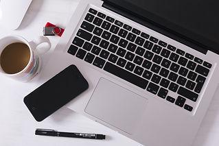 ドリンクとスマートフォンとノートパソコンとペン