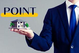 ポイントの文字と家の模型を持つ男性