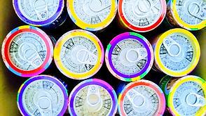 カラフルな多くの缶詰
