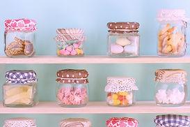 多くのお菓子の入った瓶がある棚