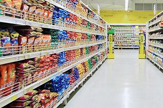 たくさんの食品を陳列するスーパー