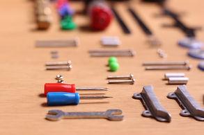 並べられた工具とパーツ