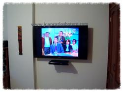 Repisa montada debajo del televisor